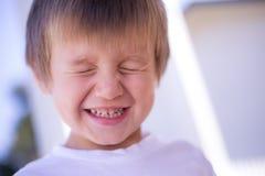 Jonge jongen het glimlachen gesloten ogen Royalty-vrije Stock Foto's
