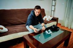 Jonge jongen het kopen videospelletjes over Internet met zijn mobiele telefoon stock foto's