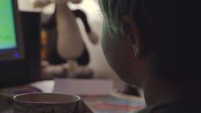 Jonge Jongen het Letten op Beeldverhalen in een Donkere Zaal op een Computer stock video