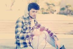 Jonge jongen het luisteren muziek instagram stijl Royalty-vrije Stock Foto's