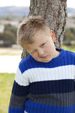 Jonge jongen in het park Stock Afbeeldingen