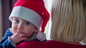 Jonge jongen in Kerstmisgeest stock videobeelden