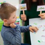 Jonge jongen in logopediebureau Kleuter die correcte uitspraak met toespraaktherapeut Child Occupational Therapy uitoefenen royalty-vrije stock foto's
