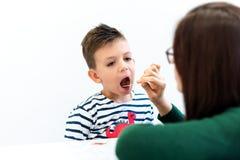Jonge jongen in logopediebureau Kleuter die correcte uitspraak met toespraaktherapeut uitoefenen royalty-vrije stock foto
