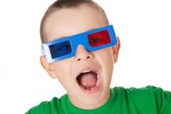 Jonge jongen met 3D glazen Stock Afbeelding