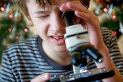 Jonge jongen met aanwezige Kerstmis stock fotografie