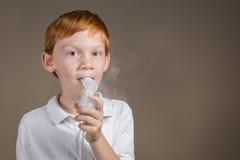 Jonge jongen met astma die een ademhalingsbehandeling ondergaan Stock Foto's