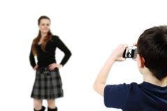 Jonge jongen met digitaal camera ontspruitend meisje Royalty-vrije Stock Foto's