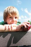 Jonge jongen met een appel Royalty-vrije Stock Afbeeldingen