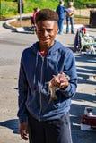 Jonge Jongen met een Forel die hij heeft gevangen stock foto's