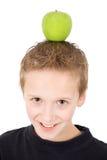 Jonge jongen met een groene appel op het hoofd Royalty-vrije Stock Afbeelding