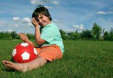 Jonge jongen met een rode bal Royalty-vrije Stock Afbeeldingen