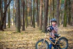 Jonge jongen met fiets met het drinken van duidelijk water royalty-vrije stock afbeeldingen