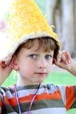 Jonge jongen met goofy hoed stock fotografie