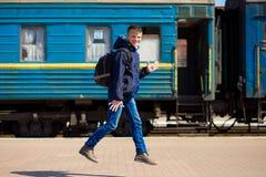 Jonge jongen met grote die zakken bij station in werking worden gesteld royalty-vrije stock foto's