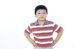 Jonge jongen met handen op zijn heupen Royalty-vrije Stock Afbeeldingen
