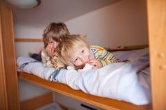 Jonge Jongen met het Bed van Broerlying on bunk royalty-vrije stock afbeeldingen