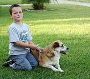 Jonge jongen met hond stock fotografie