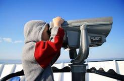 Jonge Jongen met Telescopische Kijker Royalty-vrije Stock Foto's