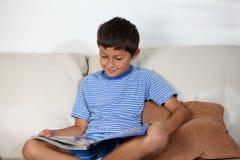 Jonge jongen met tijdschrift stock foto
