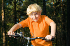Jonge jongen op de fiets Royalty-vrije Stock Foto's