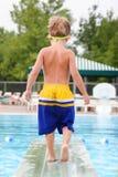 Jonge jongen op een duikplank Stock Foto