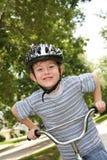Jonge jongen op een fiets Stock Foto