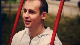 Jonge jongen op een schommeling stock videobeelden