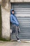 Jonge jongen op stedelijke achtergrond Royalty-vrije Stock Afbeeldingen
