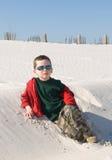 Jonge jongen op zandduin Stock Foto