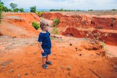 Jonge jongen in rode canion dichtbij Mui Ne, zuidelijk Vietnam traveling royalty-vrije stock foto's