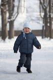 Jonge jongen in sneeuw Stock Afbeeldingen