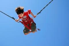 Jonge jongen in springtouw Stock Foto