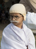 Jonge jongen status omhoog gekleed als Gandhi voor wereldverslag Royalty-vrije Stock Foto