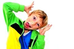 Jonge jongen in studio in groene cardigan op witte achtergrond Stock Foto's