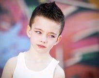 Jonge jongen tegen graffitimuur Stock Fotografie