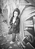 Jonge jongen tegen graffitimuur Stock Foto's