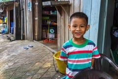 Jonge jongen van de visserij van dorp in Kambodja Stock Fotografie