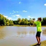 Jonge jongen visserij stock foto