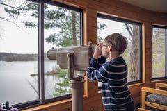 Jonge jongen vogelwaarneming door werkingsgebied stock afbeelding