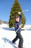 Jonge jongen voor eerste keer met skis in het hele land Stock Fotografie