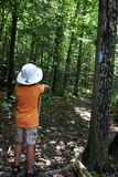 Jonge jongen wandeling Stock Foto's