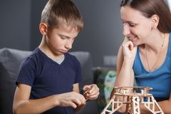 Jonge jongens assemblerende aannemer met zijn moeder stock afbeelding