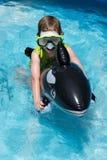 Jonge jongens berijdende vlotter in pool die vooruit zwemmen royalty-vrije stock foto