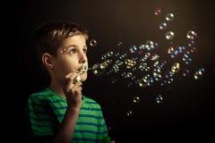 Jonge jongens blazende zeepbels Stock Fotografie