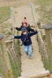 jonge jongens die bij het park op een koude dag spelen stock foto's