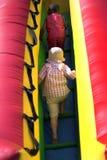 Jonge jongens die opblaasbare bouncy beklimmen Royalty-vrije Stock Foto's