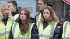 Jonge jongens en meisjes in het verblijf van emercomjasjes op straat groep Jonge redders stock video