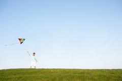 Jonge jongens vliegende vlieger op een gebied Royalty-vrije Stock Afbeelding