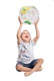Jonge jongensspelen met bol Royalty-vrije Stock Foto